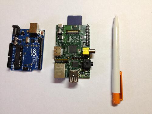 Un Arduino (à gauche) et un RaspberryPi (à droite) comparé à un stylo