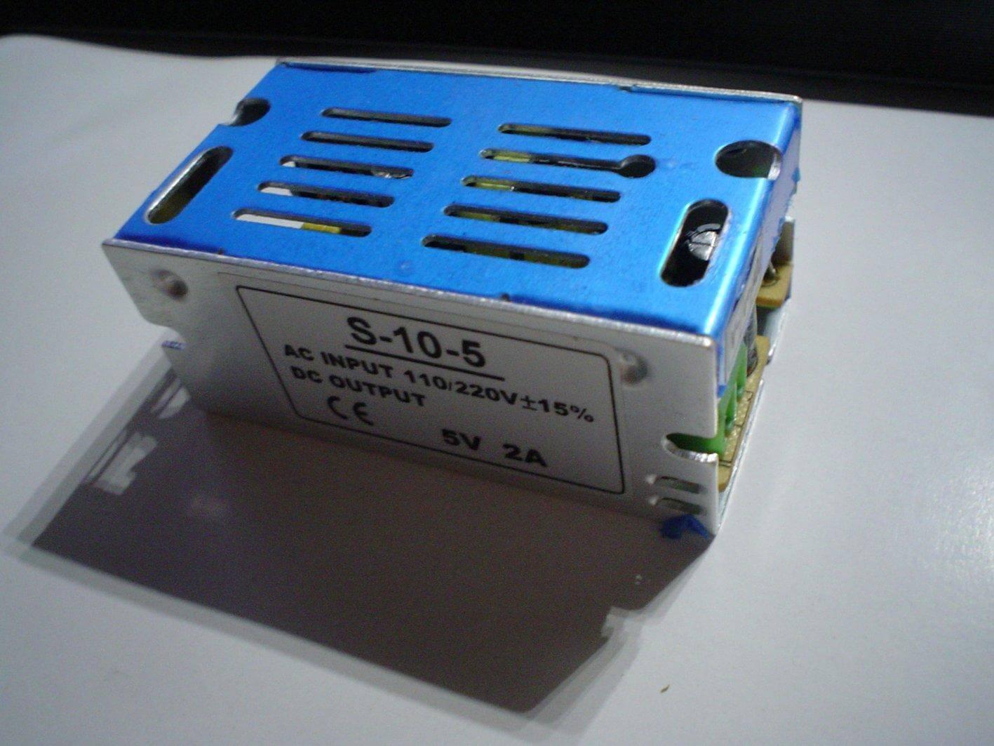 Alimentation de chez DX capable de transformer du 220V AC en 5V DC (2A max)