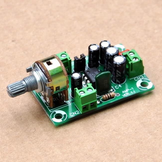 Photo de l'ampli. Le jumper JP1 n'est autre que le petit cavalier noir à gauche des 4 condensateurs.