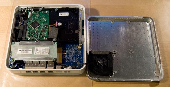 La time capsule ouverte ! On distingue le disque dur sur la partie supérieur, la carte mère (en bleu) et l'alimentation (sous le plastique transparent)