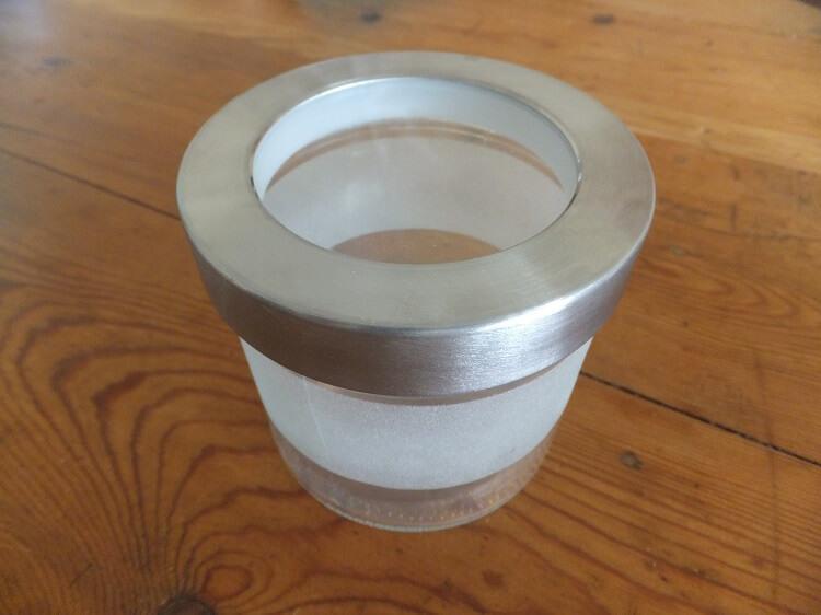 Droppar : un bocal on ne peut plus adapté : verre transparent sur le dessus, dépoli sur les côtés, avec une petite touche d'acier chromé : exactement ce qu'il me fallait !