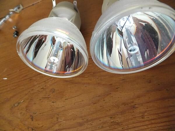 La lampe HS (à droite) à côté d'une lampe neuve (à gauche). Tu vois ce qui cloche ?