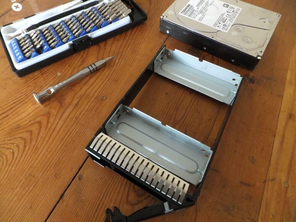 Il va falloir jouer un peu du tournevis pour supprimer les pièces métalliques du support pour pouvoir le monter sur le disque.
