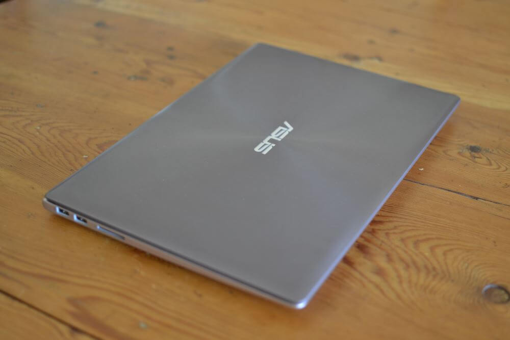 "L'Asus UX303 fermé, couleur ""Smoky Brown""."
