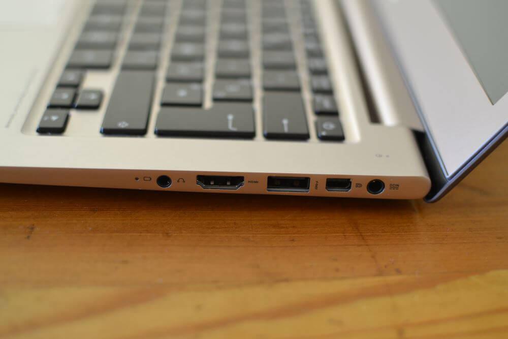 Le côté droit avec (de gauche à droite) : le port combo casque/micro, le ports HDMI pleine taille, un port USB3, un port mini-DisplayPort et enfin le connecteur d'alimentation.