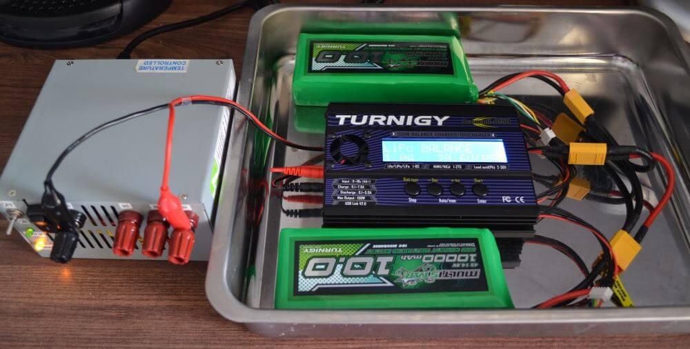 Mon installation de charge avec à gauche la batterie de PC modifiée, et à droite le chargeur de modélisme avec la batterie.