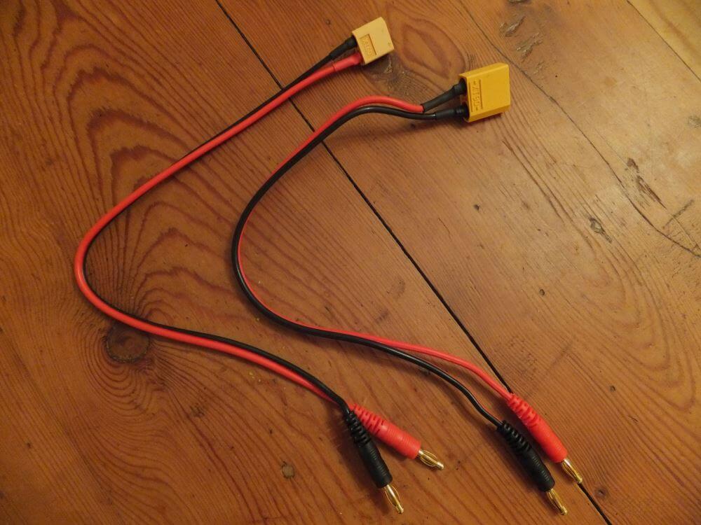 Avec le chargeur est livré un câble comme celui de gauche. Je l'ai donc sacrifié pour arriver au câble de droite. Vous comprenez qu'entre la prise XT60 et la prise XT90 il ne s'agit que d'une question de taille ! Là aussi on n'oublie pas d'isoler correctement la prise avec de la gaine thermo-rétractable.