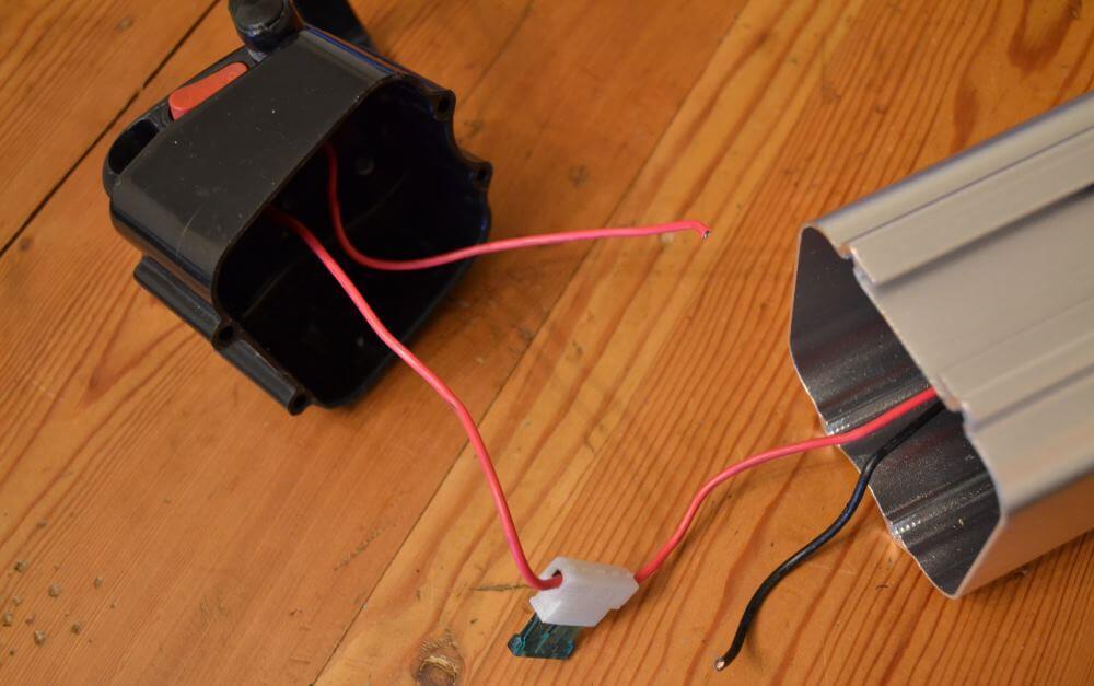 La carcasse de la batterie nettoyée de tout ce qui ne nous sert pas. Il ne reste qu'un interrupteur, un fusible et les câbles auxquels relier la batterie.