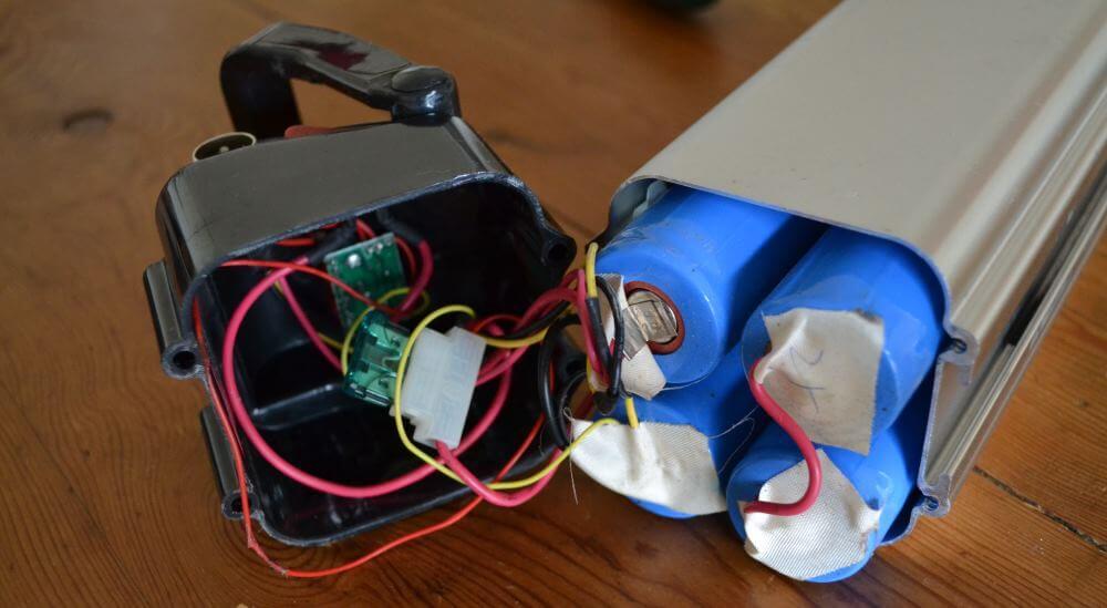 La batterie ouverte : on aperçoit les vieilles cellules Nimh et du câblage en très mauvais état. Il est temps de faire le ménage !