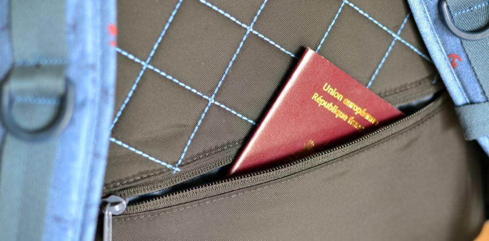 Une discrète poche sur le plat du dos permet de ranger papier d'identité et billets de transport. Au moins je ne crains pas que quelqu'un y mette sa main sans que je m'en rende compte !