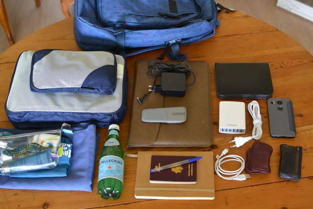 Et voilà tout mon barda pour partir en weekend ! Les vêtements sont dans les sacoches sur la gauche.
