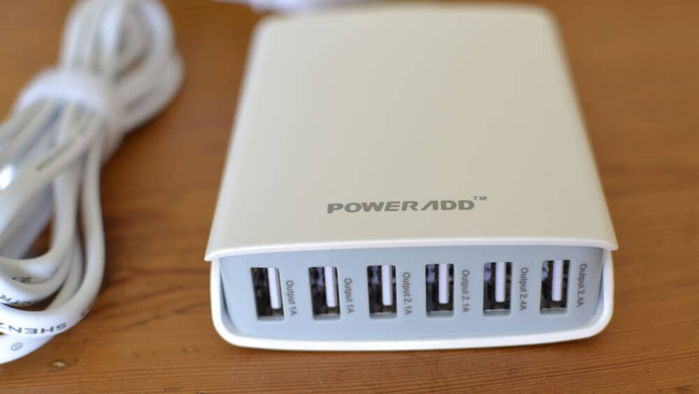 """Mon chargeur USB """"de combat"""" : avec ça je peux recharger en même temps liseuse, smartphone et autres accessoires pour 2 personnes."""