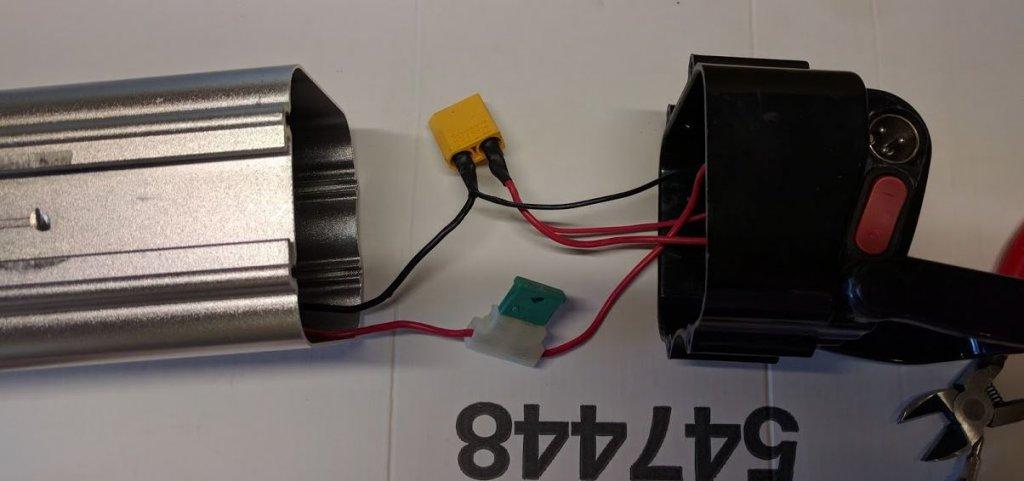 La coque de la batterie avec son connecteur XT90. C'est là que viendra se brancher une des extrémités du BMS tandis que l'autre ira à la batterie.