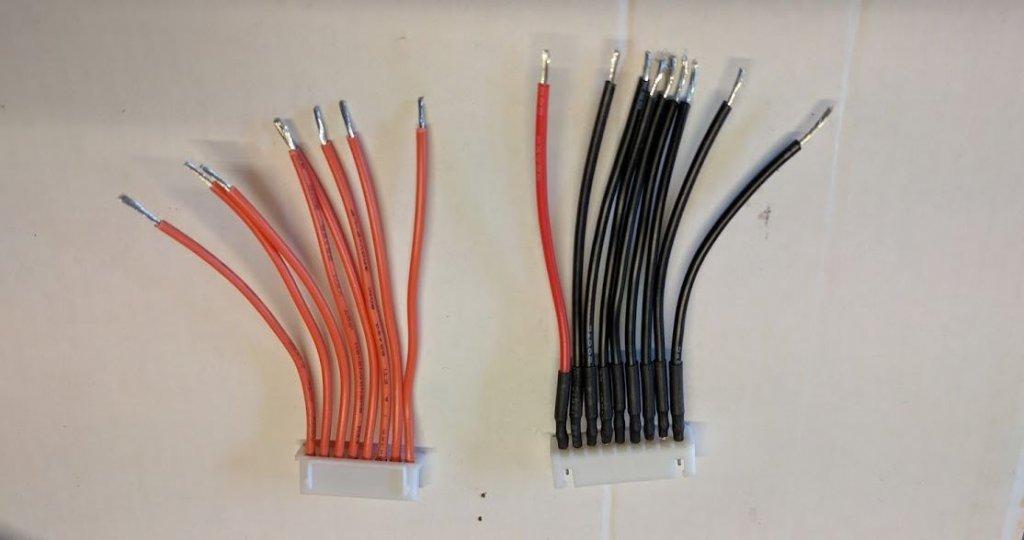 A gauche, le câble JST-XH 7S fourni avec le BMS. A droite mon JST-XH 8S qui sera connecté à la batterie. Il va falloir souder les 2 ensembles pour assurer la liaison du BMS avec chacune des cellules de la batterie.