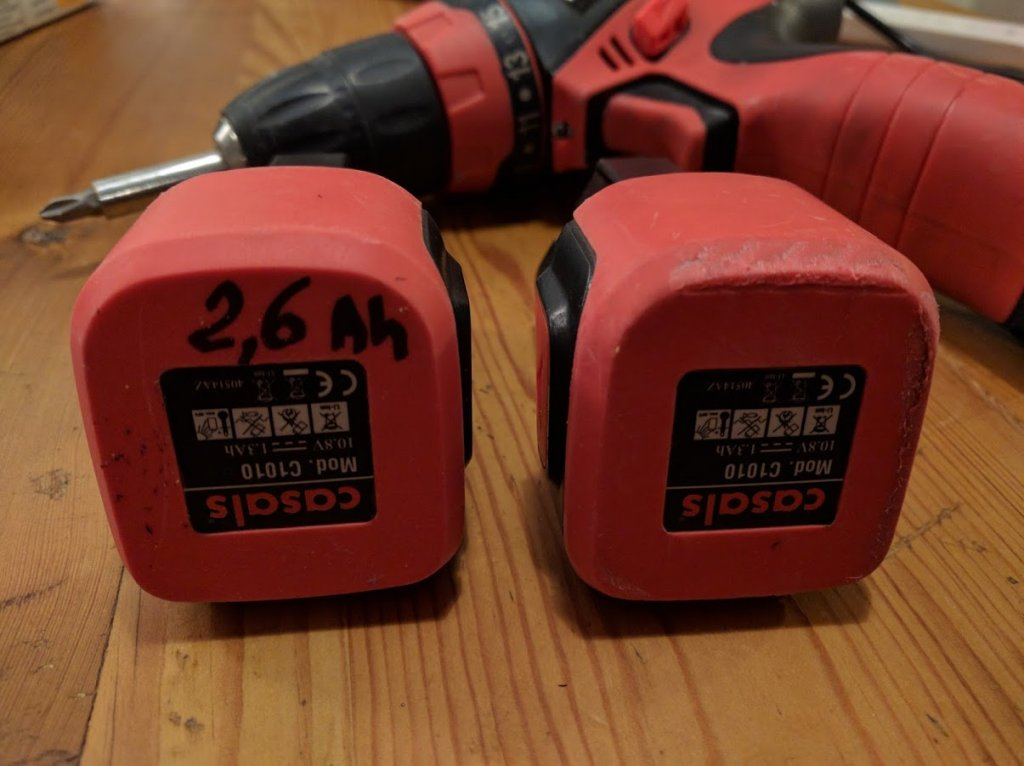 Et voilà la batterie terminée aux côtés de celle d'origine. Pensez à identifier la batterie reconditionée ! Ici un coup de marqueur fait l'affaire.