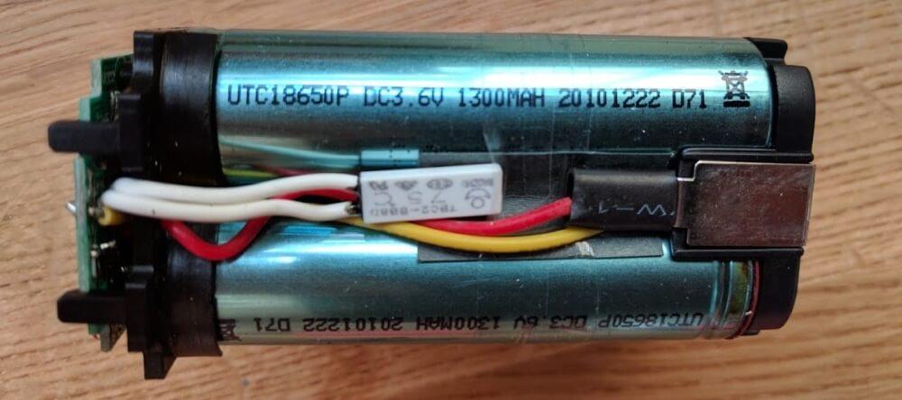 Débarassée de sa carcasse, on peut voir que cette batterie se compose de 3 celulles au lithium au format 18650.